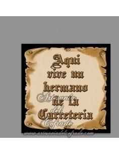 En venta este azulejo con el texto de Aquí vive un Hermano de la Carreteria - Tu tienda Cofrade