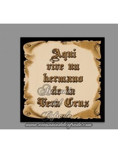 Cerámica con el texto de Aquí vive un Hermano de la Vera Cruz en venta solamente en esta Tienda Cofrade Online