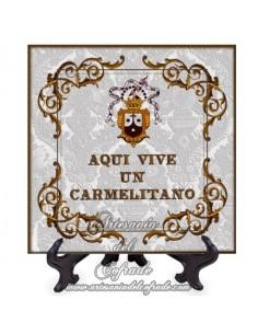 """Azulejo cuadrado con el texto de """"aqui vive un carmelitano"""". Solo en venta en nuestra Tienda Cofrade"""