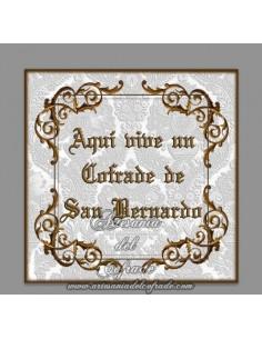 Azulejo con el texto de Aqui vive un cofrade de San Bernardo solo disponible en nuestra tienda de productos religiosos.