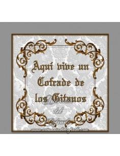 Azulejo cofrade con el texto de Aqui vive un cofrade de Los Gitanos, solo disponible en nuestra tienda de Semana Santa