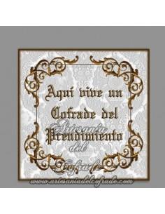 Azulejo con el texto de Aqui vive un cofrade del Prendimiento, solo disponible en nuestra tienda de productos religiosos.