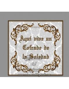 Azulejo con el texto de Aqui vive un cofrade de la Soledad, solo disponible en nuestra tienda de productos religiosos.