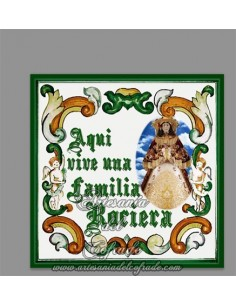 Se vende cerámica con el texto Aquí vive una familia rociera.Modelo Pastora -Tienda Virgen del Rocio