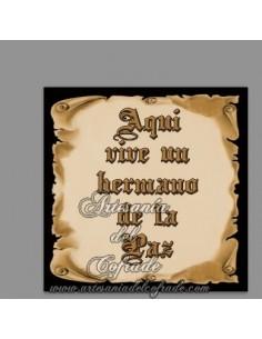 En venta esta cerámica con el texto de Aquí vive un Hermano de la Paz - En venta en nuestra Tienda Cofrade Online