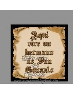 Se vende esta ceramica con el texto de Aquí vive un Hermano de San Gonzalo. En venta en nuestra tienda de productos cofrades