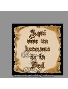 En venta esta cerámica con el texto de Aquí vive un Hermano de la Sed - Tienda Cofrade Online Artesania del Cofrade