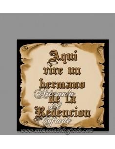 Se vende esta cerámica con el texto de Aquí vive un Hermano de la Redención. En venta en nuestra tienda de Semana Santa