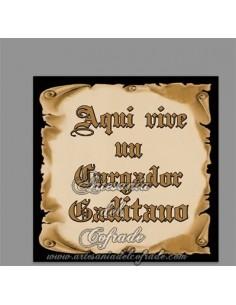 Se vende esta cerámica cuadrada con el texto Aqui vive un Cargador Gaditano - Tienda Cofrade de Cádiz