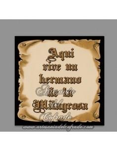 Azulejo de cerámica con el texto de Aquí vive un Hermano de la Milagrosa en venta solo en esta Tienda Cofrade online