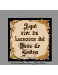 Azulejo con el texto de Aquí vive un Hermano del Beso de Judas en venta solo en nuestra Tienda de Semana Santa