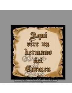 En venta esta Cerámica con el texto de Aquí vive un Hermano del Carmen solo en nuestra Tienda Cofrade Online