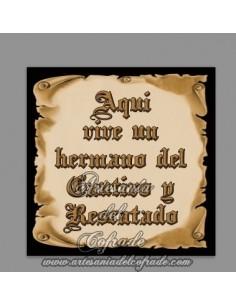 Azulejo de cerámica con el texto de Aquí vive un Hermano del Cautivo y Rescatado en venta en ARTESANIA DEL COFRADE