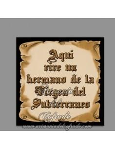 Azulejo con el texto de Aquí vive un Hermano de la Virgen del Subterráneo en venta solamente en nuestra tienda online