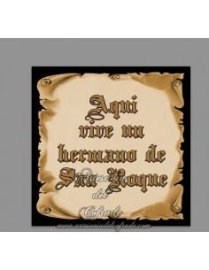 Cerámica cofrade cuadrada con el texto de Aquí vive un hermano de San Roque en venta solo en www.artesaniadelcofrade.com
