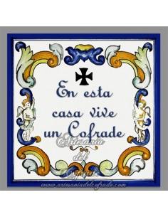 """Azulejo con el texto de """"en esta casa vive un cofrade"""", solo disponible en nuestra tienda de productos religiosos."""